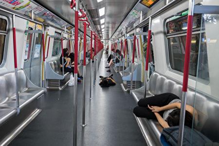 圖為反送中抗議人士在地鐵上。