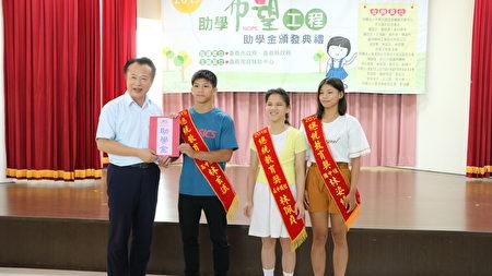 嘉义县长翁章梁颁发助学金给同获总统教育奖的小绮(右)三姊弟。