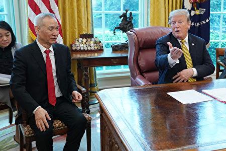 图为2019年4月4日,美国总统川普在白宫接见中共副总理刘鹤。