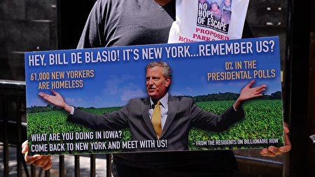 8月1日,紐約居民將製作的嗆白思豪的大型看板,放在愛荷華州,也就是現在白思豪競選總統所在的地方,喊話讓白思豪回家。