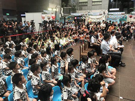 現場170名幼兒園師生共同觀賞廉潔教育動畫。