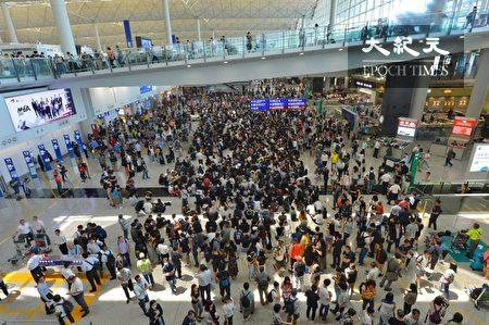 2019年8月9日,香港機場萬人接機,參加者持各式海報和標語在接機大堂靜坐。
