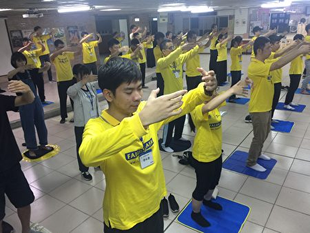 青年学子早上集体晨炼第二套功法 法轮桩法。
