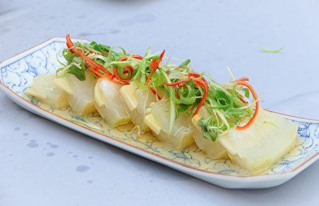 清蒸镶笋冬瓜片,冬瓜和鲜笋的结合清新宜人。