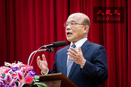 行政院长苏贞昌19日表示,香港各界人士一再上街,极权政府却视而不见,希望港府尽速妥善回应人民诉求。