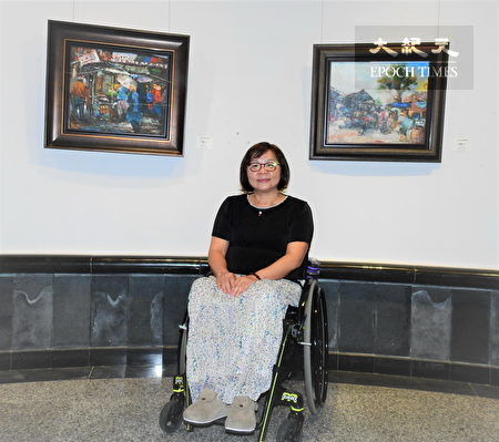 """身障画家洪娴柔与其油画作品""""市集""""。"""