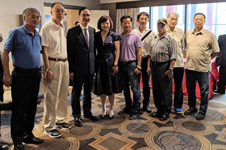 参加美东华人学术联谊会44届年会的嘉宾与朱立伦(左三)合影。