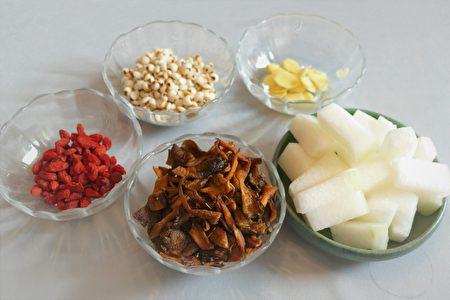 冬瓜薏仁汤的食材很丰富,养生又美味。
