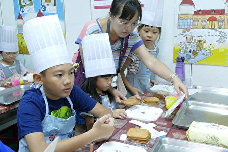 每一场次的小小糕饼师活动,小朋友在活动中都有机会接触台中在地糕饼文化,并结合重要的食安知识。