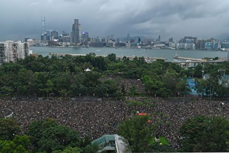 「民間人權陣線」18日在維多利亞公園發起「流水式集會」,要求香港政府撤回《逃犯條例》修訂,儘管天候不佳,但人潮仍擠滿6個足球場。