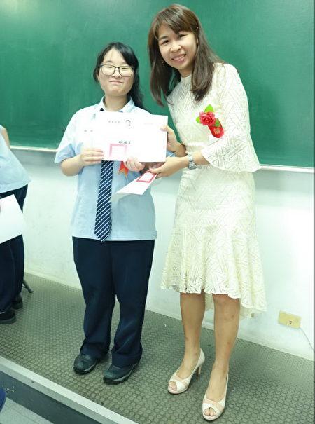 六和高中資訊科莊瞻參加技能競賽榮獲優勝,與導師凰淑燕合影。
