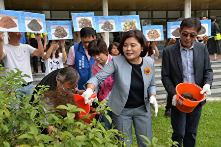 县长张丽善把厨余做成厨余堆肥施洒县府广场的花木。