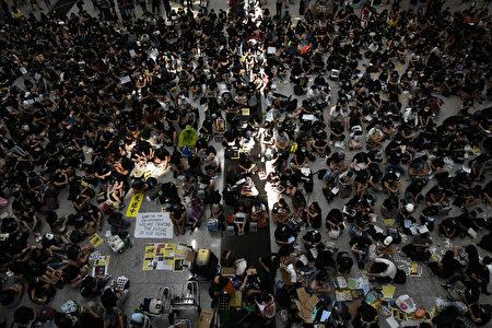 2019年8月9日,香港機場萬人接機。