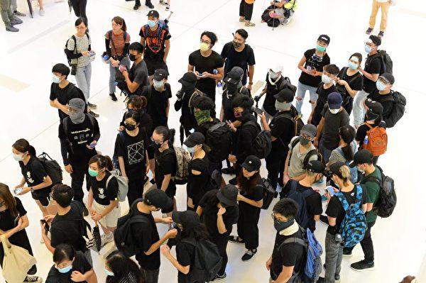 部分示威者抵達沙田站。(宋碧龍/大紀元)