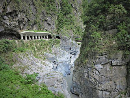 景觀明隧道,像一道雪白的迴廊在灰蒼蒼的斷岩危岩中,顯得非常突出。