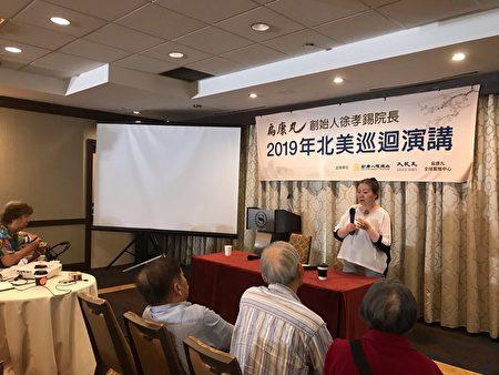 57岁的Grace Ng在活动现场介绍自己如何使用扁康丸治疗肺纤维化的经历。
