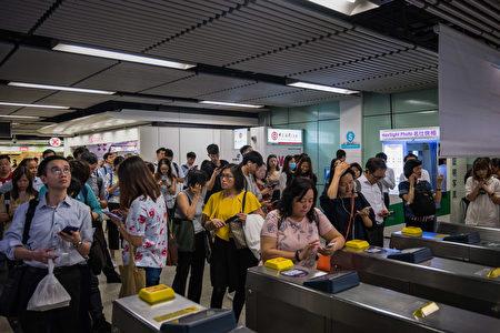 圖為民眾在香港的地鐵站聚集。