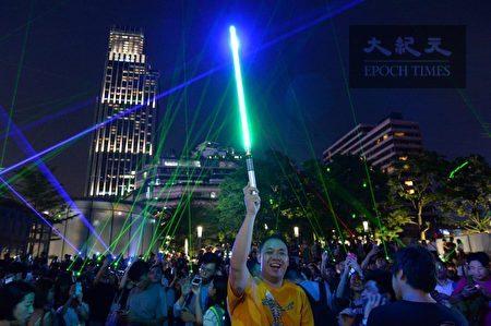 有民眾持《星際大戰》裡的光劍代替雷射筆。