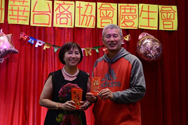 圖:溫哥華台裔協會舉辦慶生會,嘉賓成員喜氣洋洋歡度生日。(邱晨/大紀元)