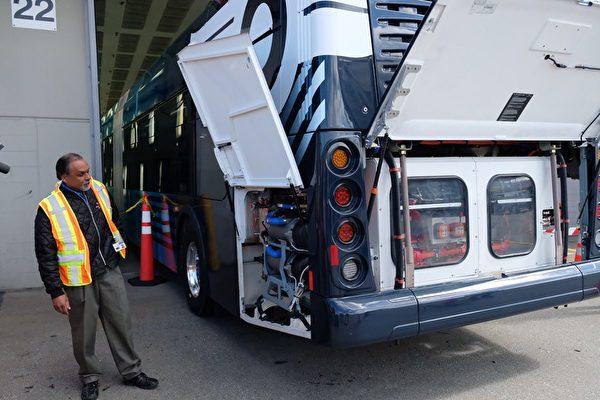 卑詩水電局建議為電動巴士公司在轉型期間提供折扣高達60%的特殊收費標準。圖為即將投入使用的電動巴士。(溫哥華市長辦公室/推特)
