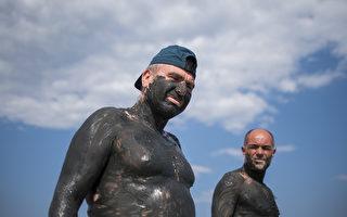 组图:保加利亚抗热绝招 让自己变成泥人