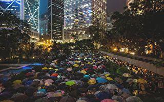 金融界快閃集會 數千港人冒雨逼爆遮打花園