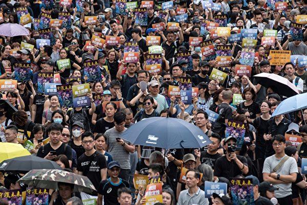 準備參加將軍澳大遊行人士擠滿寶翠公園。(PHILIP FONG/AFP/Getty Images)