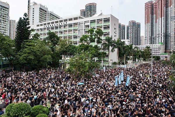 2019年8月4日,准备参加将军澳大游行人士挤满宝翠公园。(PHILIP FONG/AFP/Getty Images)