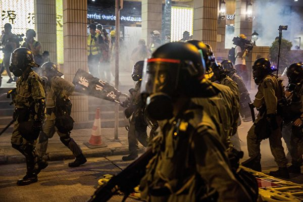 警察在皇后大道西一帶釋放催淚彈。( ISAAC LAWRENCE/AFP/Getty Images)