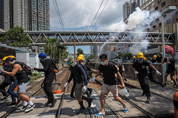 天水围警署外的示威者。(Billy H.C. Kwok/Getty Images)