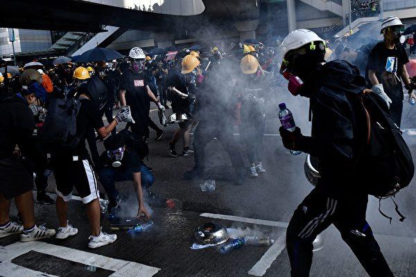 警方在金钟夏悫道发射催泪弹。( ANTHONY WALLACE/AFP/Getty Images)