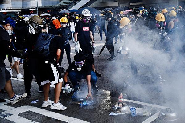 警方在金钟夏悫道发射催泪弹。(ANTHONY WALLACE/AFP/Getty Images)