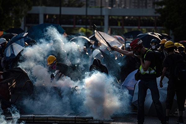 警方在大埔警署附近的新兴花园发射催泪弹。(PHILIP FONG/AFP/Getty Images)