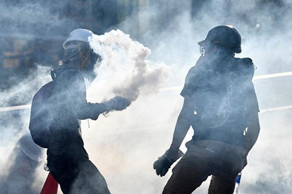 警方在金钟夏悫道持续不断地施放催泪弹。(ANTHONY WALLACE/AFP/Getty Images)
