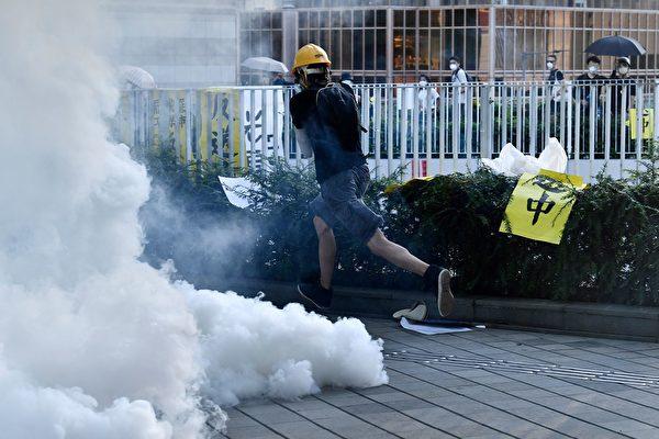 警方在金钟夏悫道一再施放催泪弹。示威者在奔走避开催泪烟。(ANTHONY WALLACE/AFP/Getty Images)