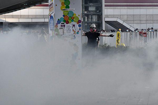 警方在金钟夏悫道一再施放催泪弹。示威者在推泪眼中示意。(ANTHONY WALLACE/AFP/Getty Images)