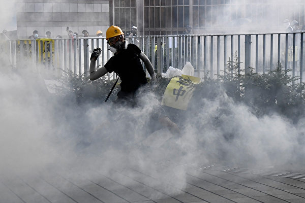 警方在金钟夏悫道一再施放催泪弹。示威者把警方射出的催泪弹扔回去。(ANTHONY WALLACE/AFP/Getty Images)