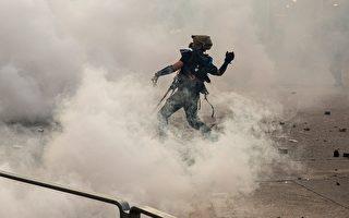 黃大仙處警方持續施放多枚催淚彈。示威者扔回催淚彈。(ISAAC LAWRENCE/AFP/Getty Images)