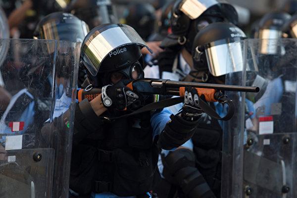 黄大仙警察端着催泪枪。( ISAAC LAWRENCE/AFP/Getty Images)