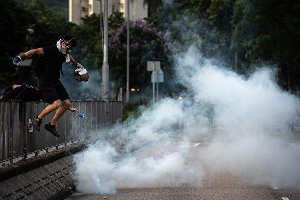 大埔示威者尝试用煲盖灭催泪弹。( PHILIP FONG/AFP/Getty Images)