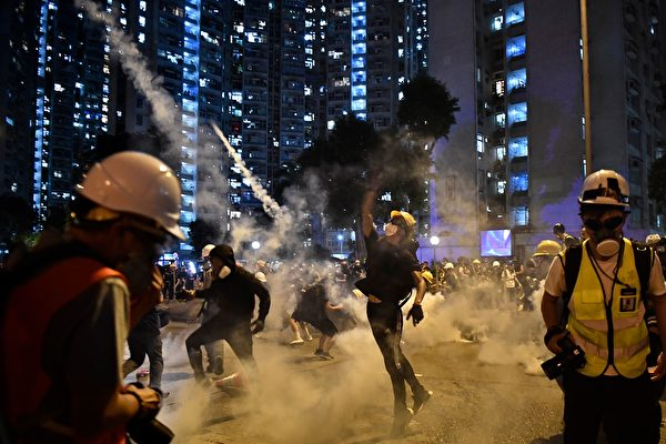 黄大仙示威者仍回催泪弹。( ANTHONY WALLACE/AFP/Getty Images)
