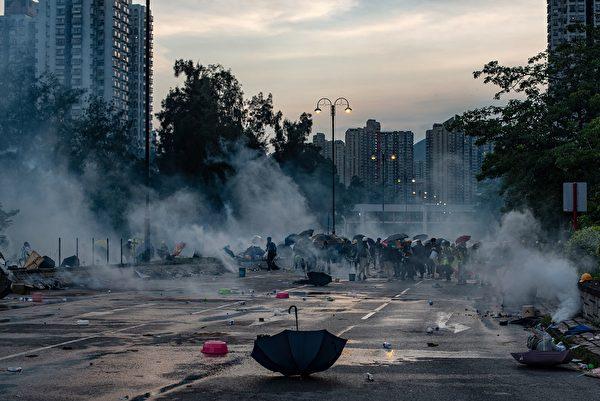 警方在大埔施放催泪弹。(PHILIP FONG/AFP/Getty Images)