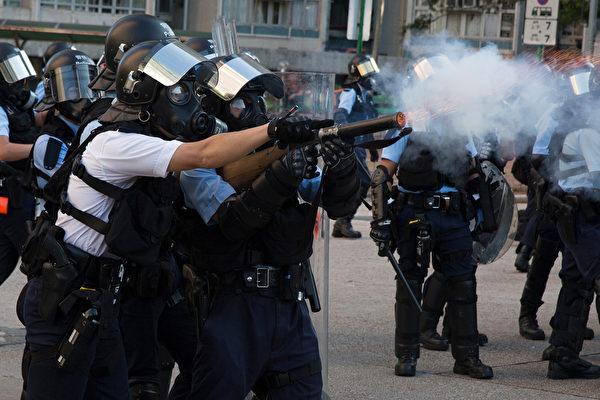黄大仙警察发射催泪弹。(ISAAC LAWRENCE/AFP/Getty Images)
