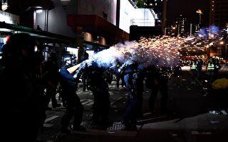 黄大仙处警方发射催泪弹。(ANTHONY WALLACE/AFP/Getty Images)