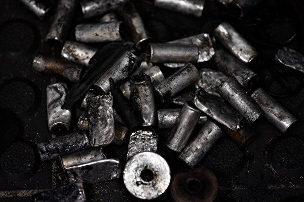 黄大仙的地上,发现警方发射的催泪弹废弃弹壳。(ANTHONY WALLACE/AFP/Getty Images)