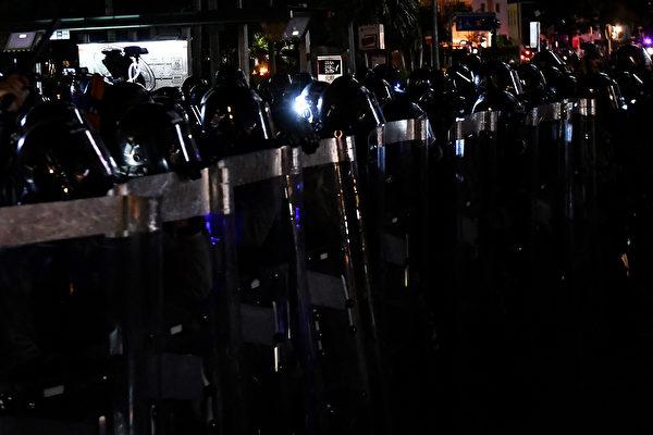 黄大仙警方站成一队,驱赶示威者。(ANTHONY WALLACE/AFP/Getty Images)