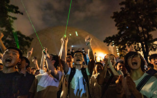 8月7日夜間,香港市民發起觀星活動,抗議警方以涉嫌藏有攻擊性武器,拘捕購買觀星筆的浸大學生會會長方仲賢。