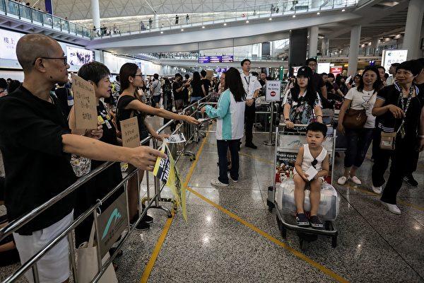 8月10日,港人在香港國際機場繼續接機活動。(VIVEK PRAKASH/AFP/Getty Images)