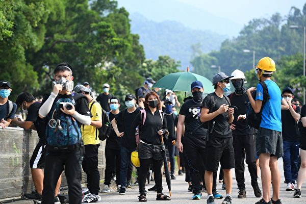 大埔區示威者在抗議現場。(MANAN VATSYAYANA/AFP/Getty Images)