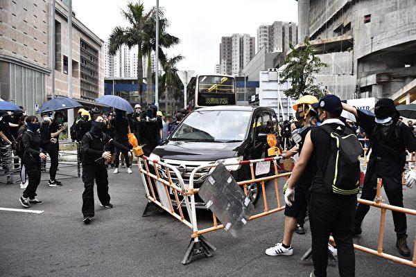部分示威者抵達大圍,開始用鐵柵欄設置路障。(ANTHONY WALLACE/AFP/Getty Images)
